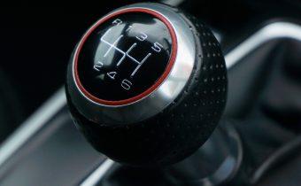 5 vecí, ktoré nerobiť v aute s manuálnou prevodovkou