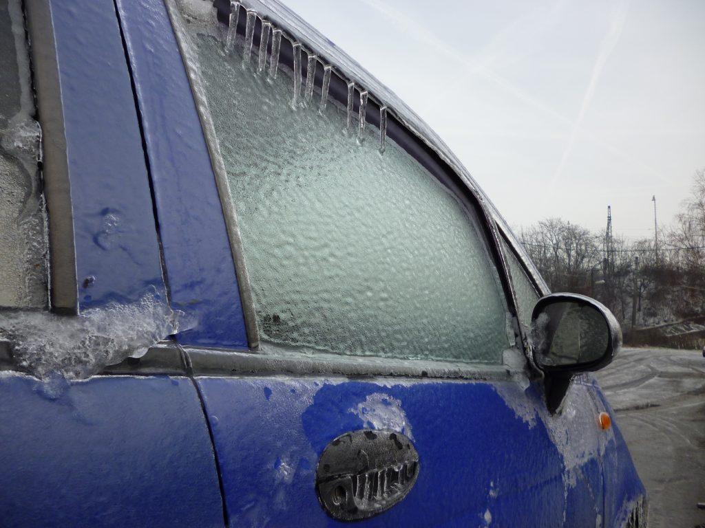 zamrznuté okná auto