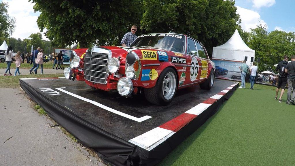 Mercedes 300 SEL 6.8 AMG Červená Sviňa Legendy Slavnost