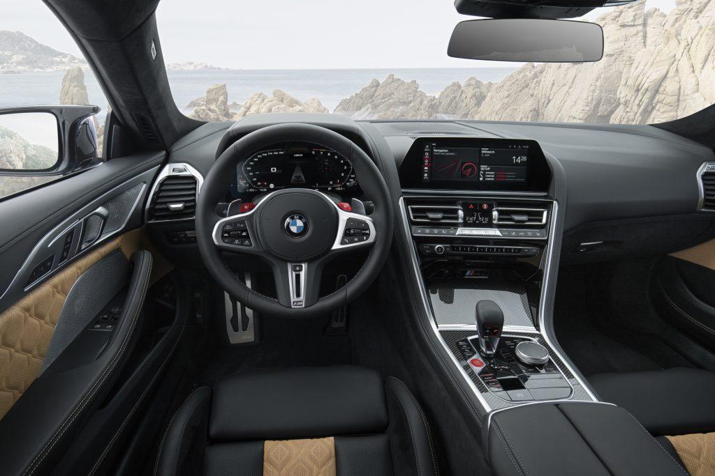 BMW M8 2019 interiér