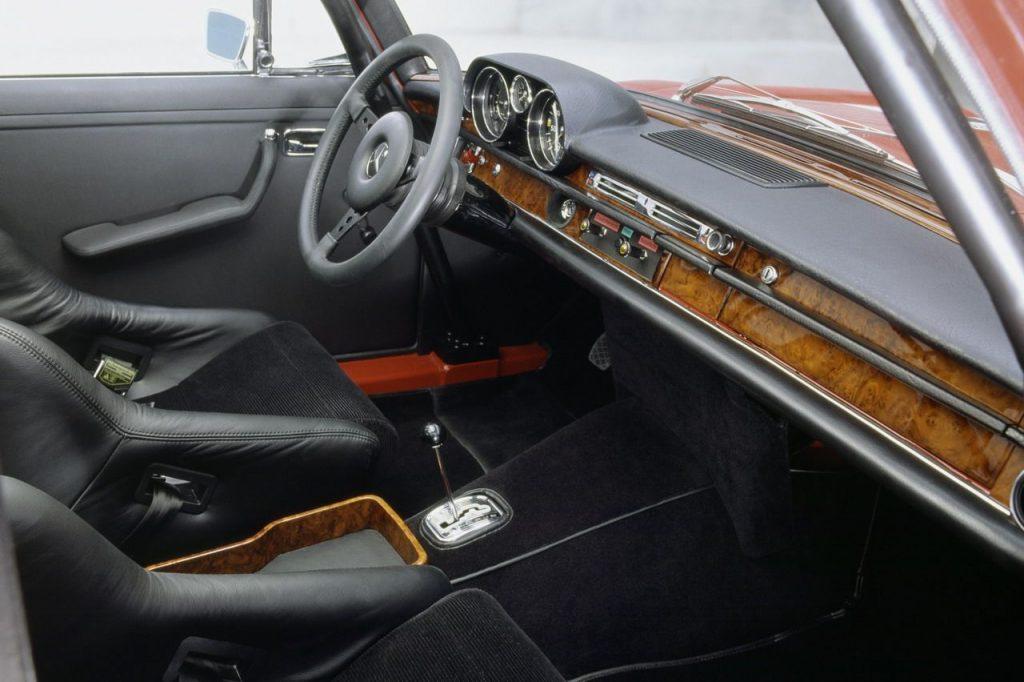 Mercedes 300 SEL 6.8 AMG Červená Sviňa interiér