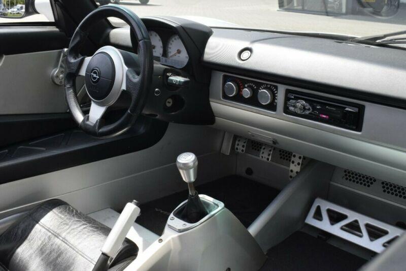 Opel Speedster interiér