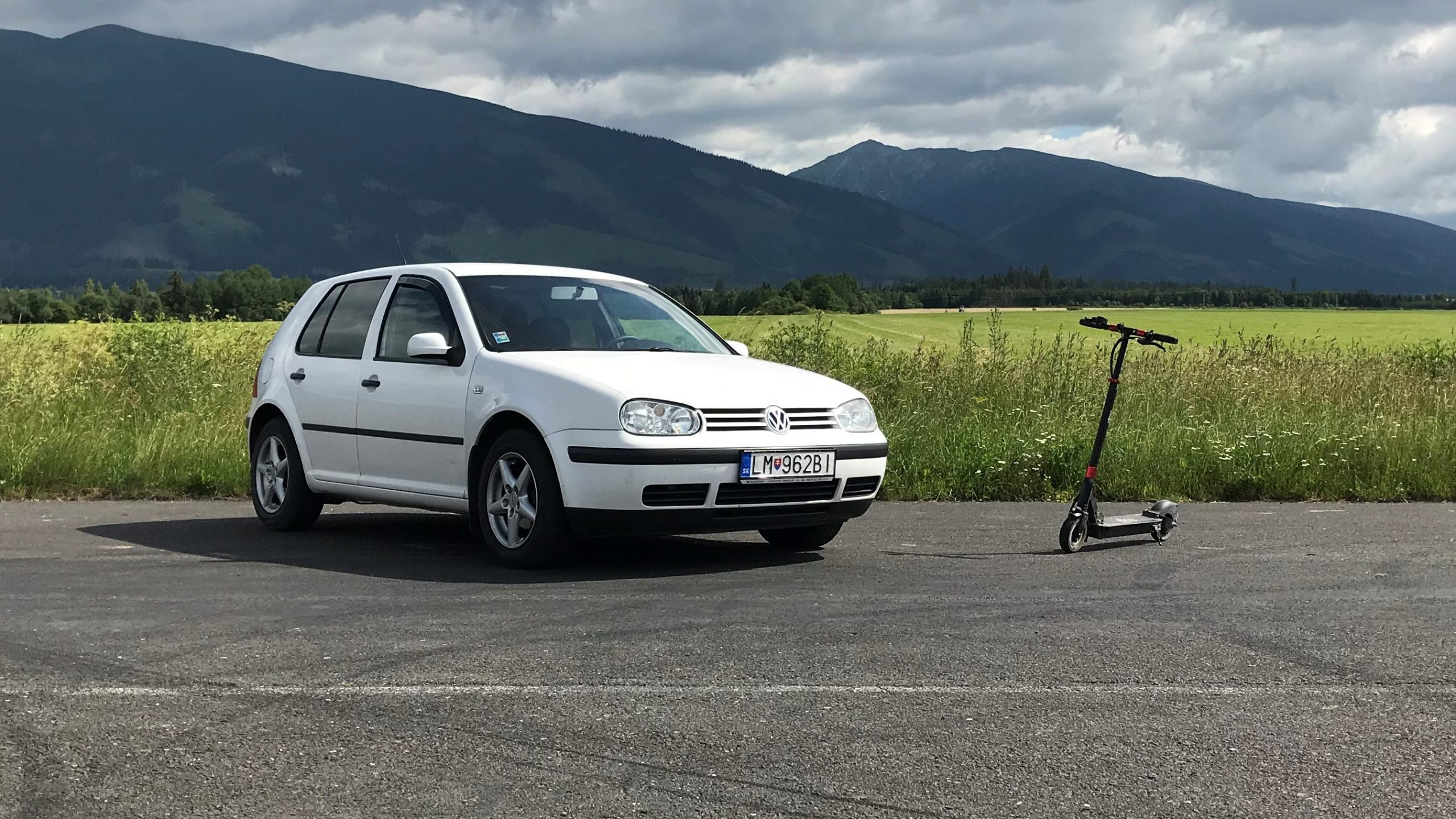 Volkswagen Golf 1.9 sdi vs elektrická kolobežka auto vs kolobežka