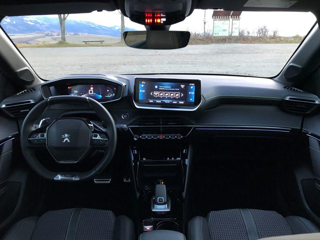 2021 Peugeot 208 GT 1.2 PureTech 8AT test recenzia skúsenosti interiér